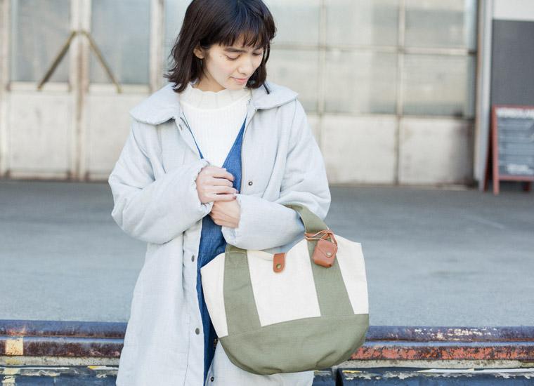 2c9228772e26 定番人気のキャンバス地トートバッグから曲線的なデザインが女性らしいタイプが登場。波打ったデザインの開閉口が特長的なバッグは、底板がタックの寄った円形で 容量も ...