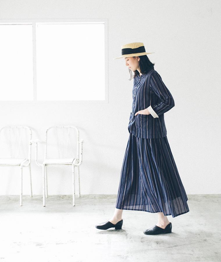 d325d46c7643e 縦のラインですっきりと見えつつも、軽やかな素材感で女性らしいスタイルに。袖口を折り返してアクセントを作ったり、着こなしのアレンジも楽しめます。