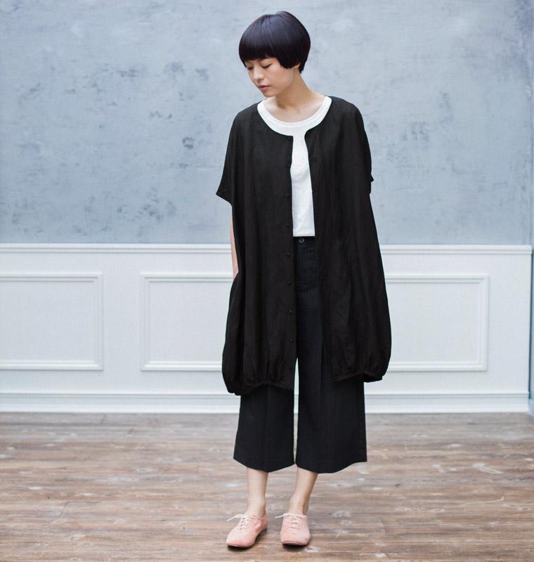 黒シャツ半袖,ブラックジーンズ,サングラス,メンズファッション夏コーデ