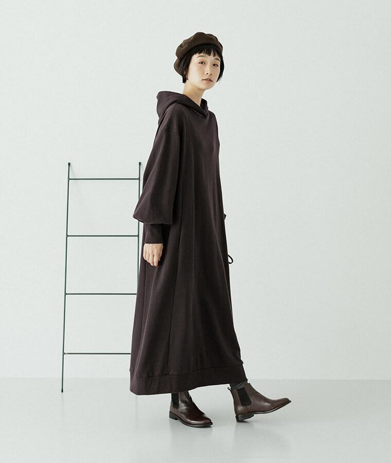 チャコールのワンピースを着ている前向きの女性