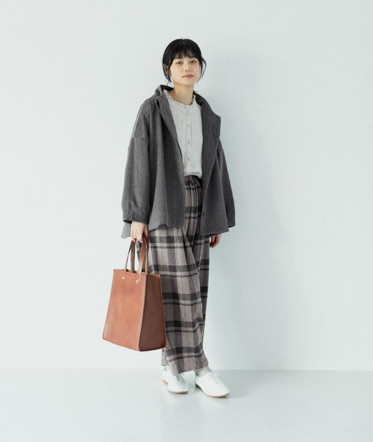 08mabのウールジャケットを羽織った女性