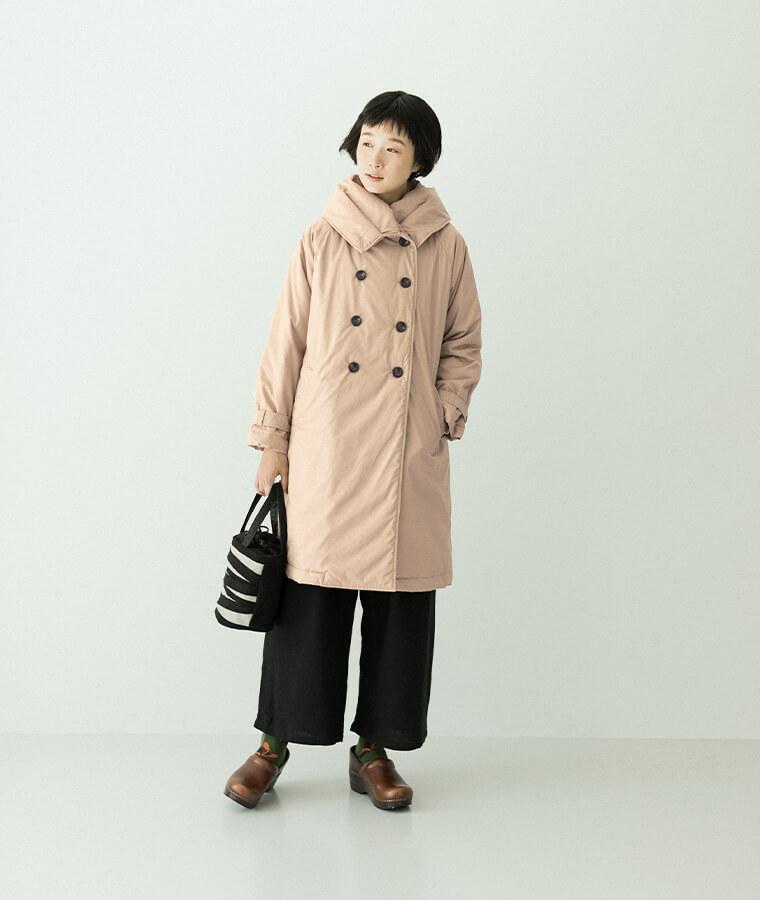 ベージュの中綿コートを着た女性