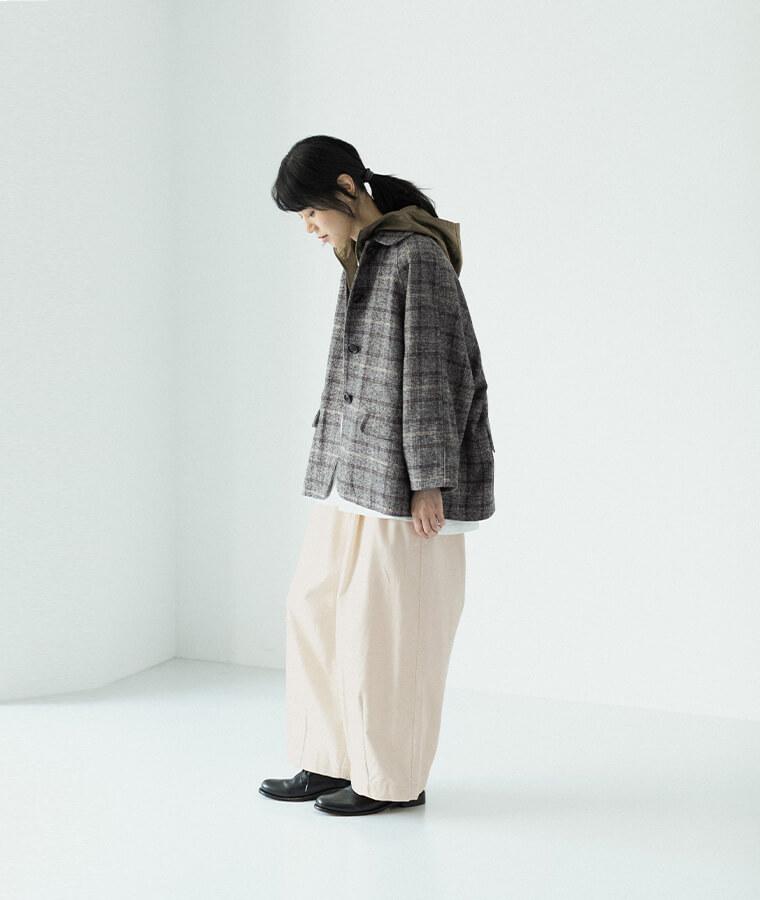 グレンチェック柄ジャケットを着た女性