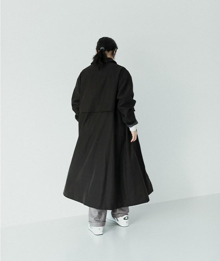 ブラックのAラインコートを着た女性
