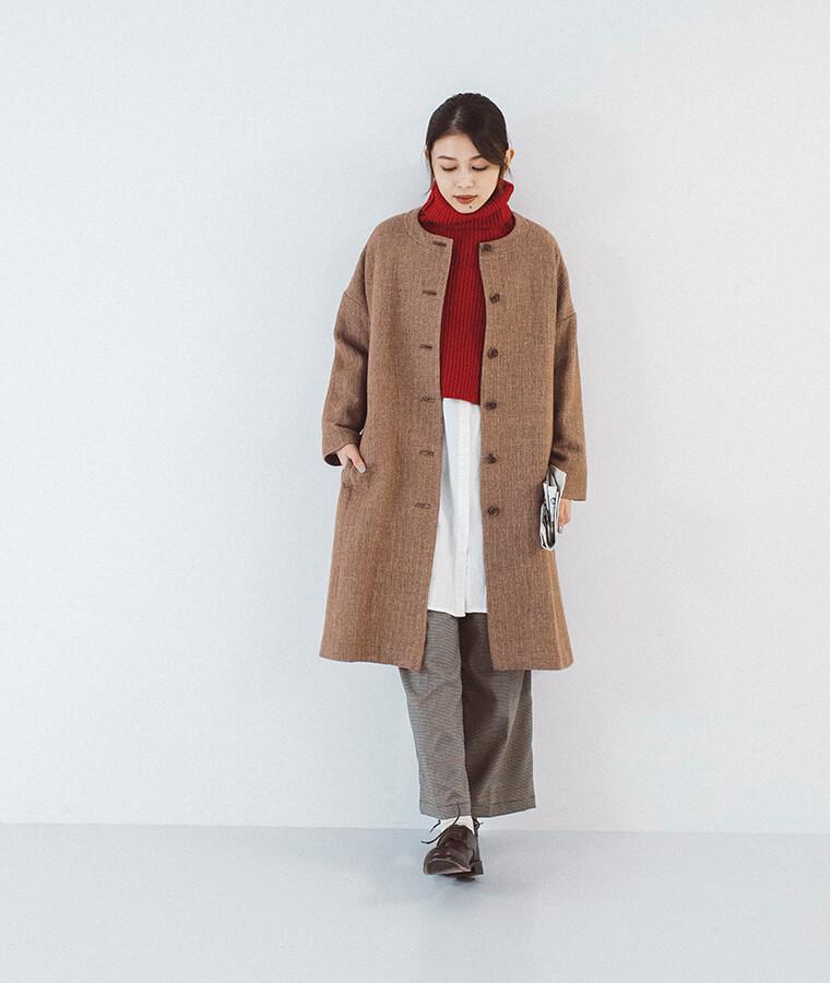 ウールリネンヘリンボーンコートを着た女性