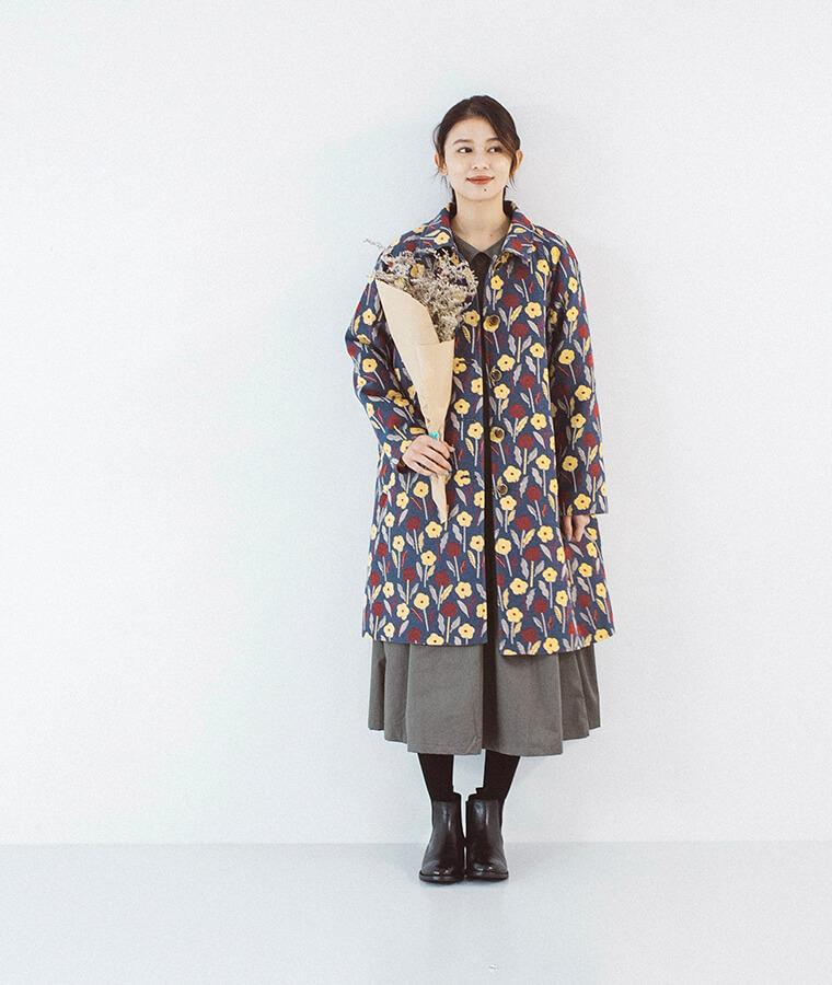 ゴブラン織りコートを着た女性