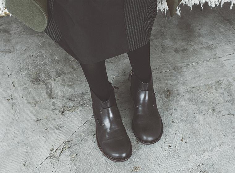 ブラックのサイドジップショートブーツ