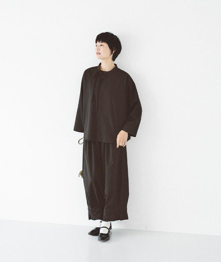 黒いセットアップを着た女性