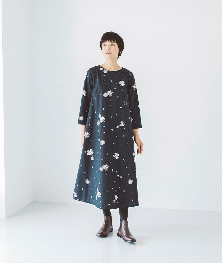 スノーフラワープリントワンピースを着た女性