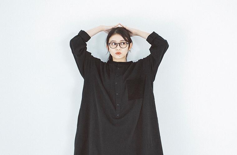 ブラックのワンピースを着た女性