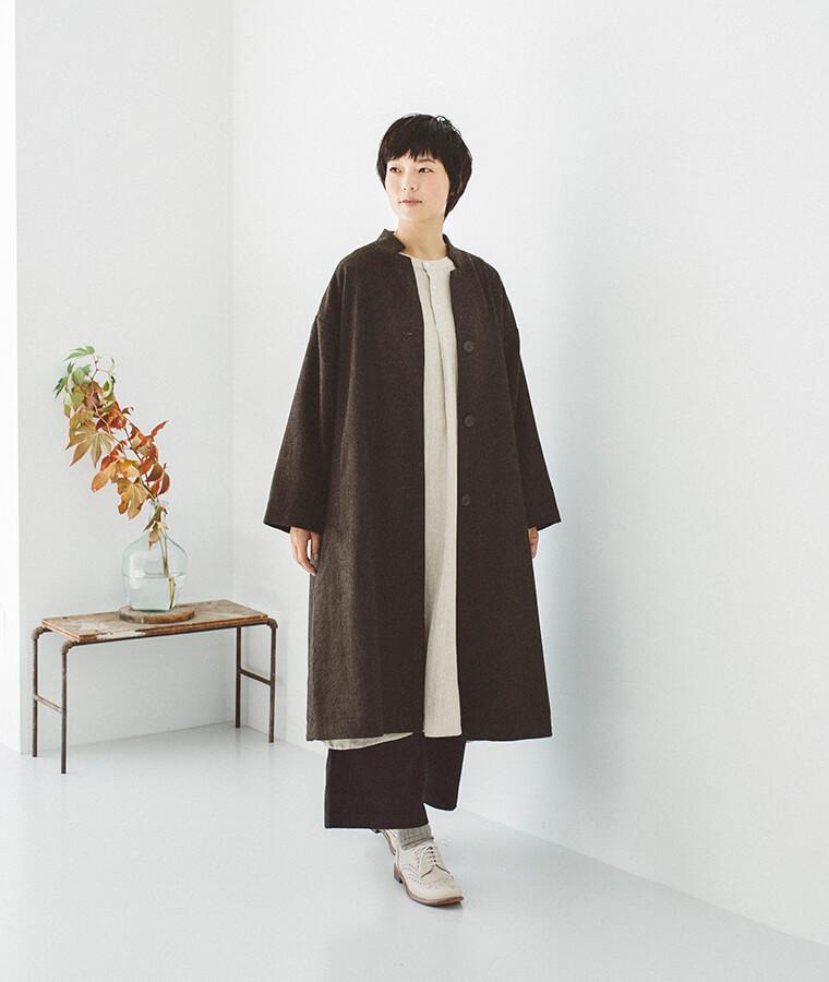 ツイードロングコートを着た女性