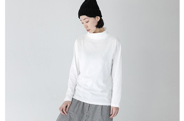 ホワイトのタートルネックを着ている女性
