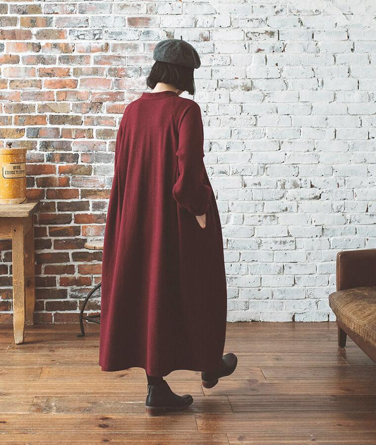 ボルドーのワンピースを着た後ろ向き女性