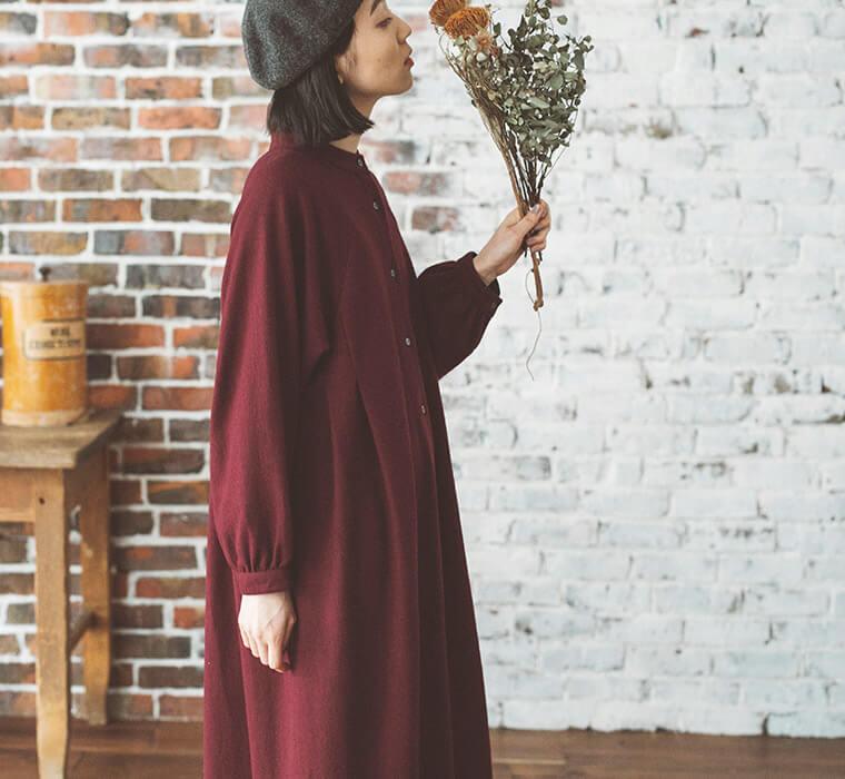 ボルドーのワンピースを着た横向き女性