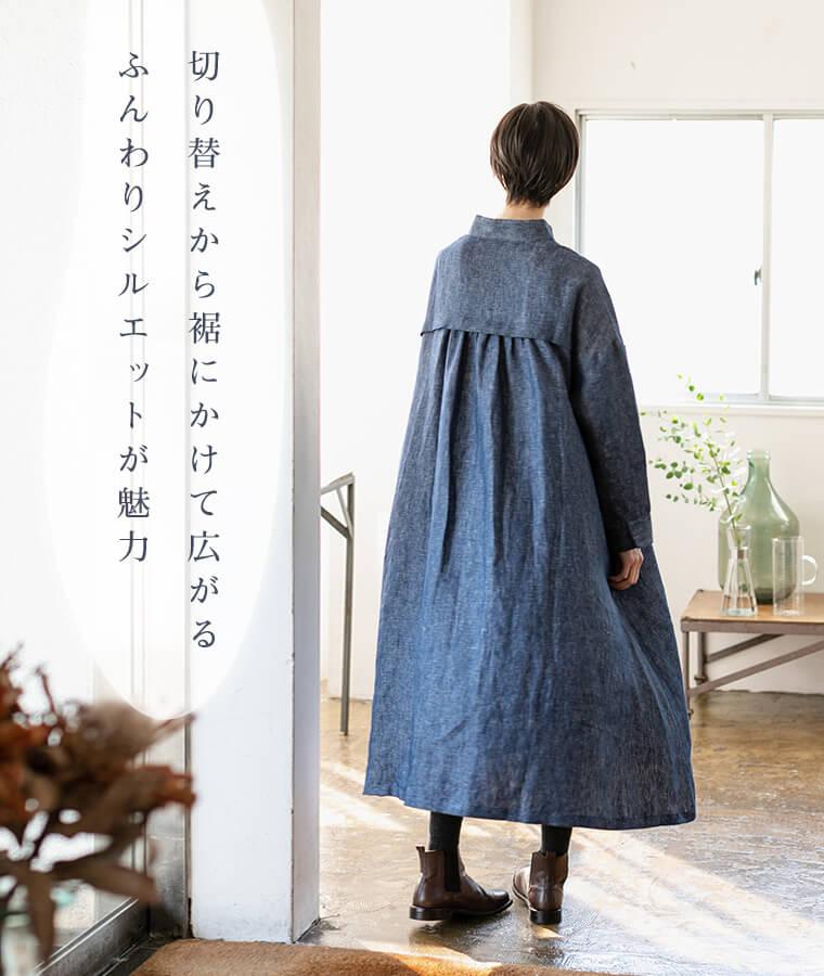デニムワンピースを着た後ろ姿の女性