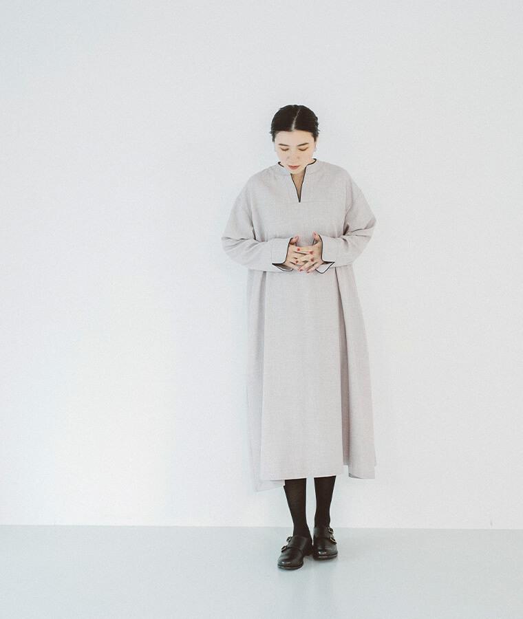 スキッパーワンピースを着た女性