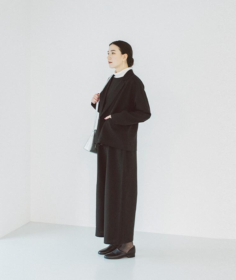 ブラックのセットアップを着た女性