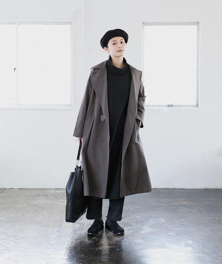 ワンピース、パンツ、ベレー帽、コートを着た女性