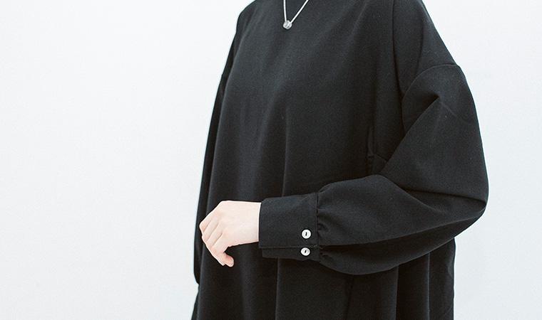 袖口の幅を調整できる2つのカフスボタン