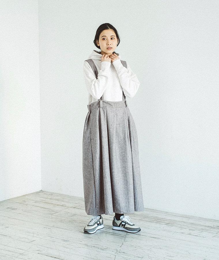 2WAYサスペンダースカートを着た女性