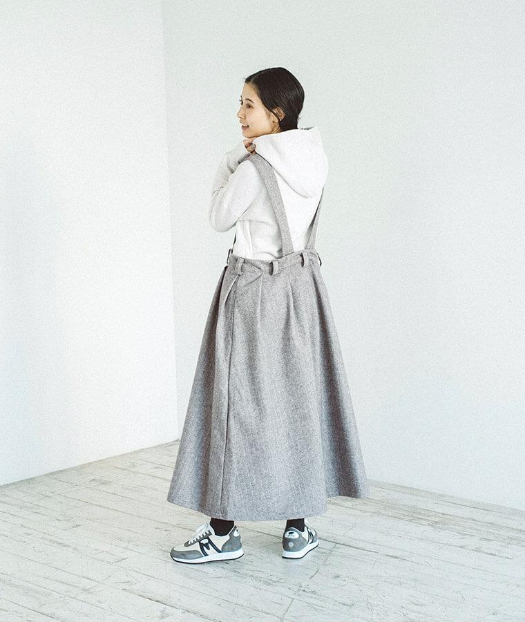 2WAYサスペンダースカートを着た後ろ向き女性