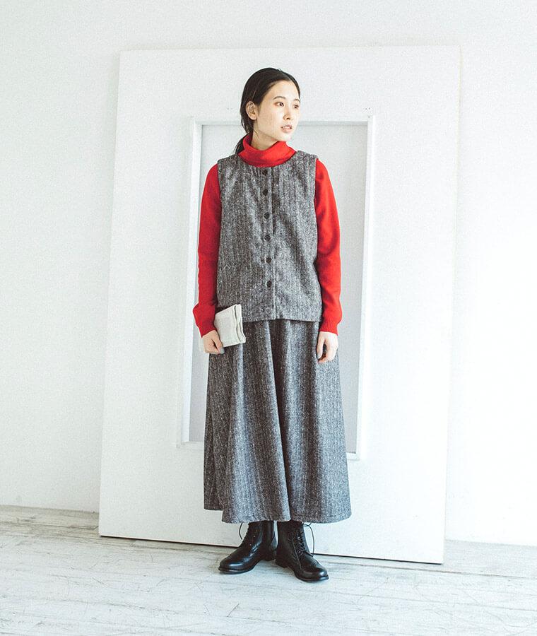 赤いセーターとセットアップを着た女性