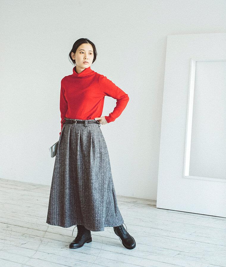 赤いセーターとスカートを着た女性