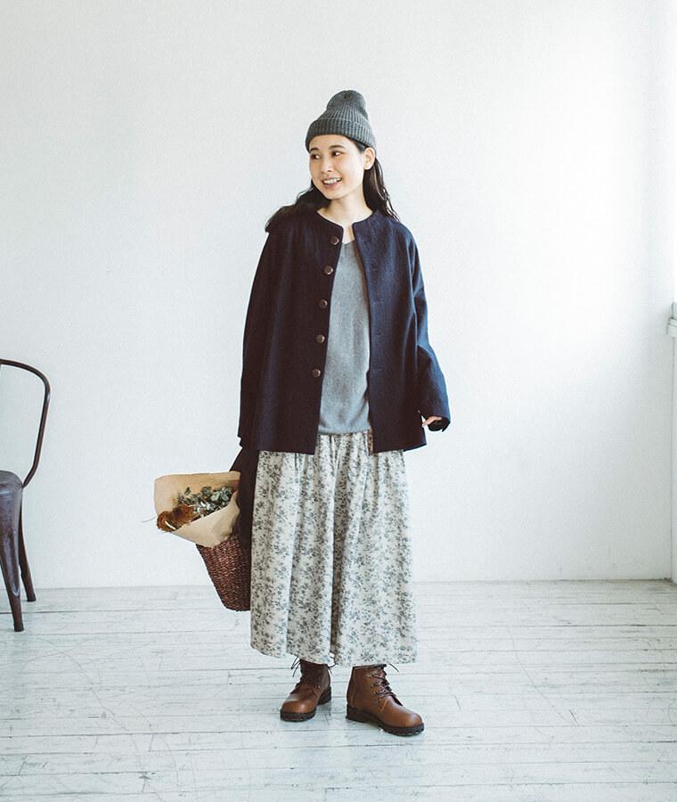 グレーのニットとコートを着た女性