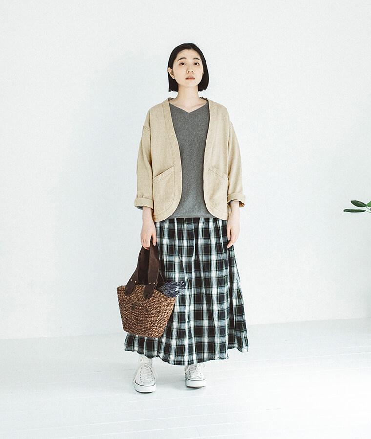 ジャケットとスカートを着た女性