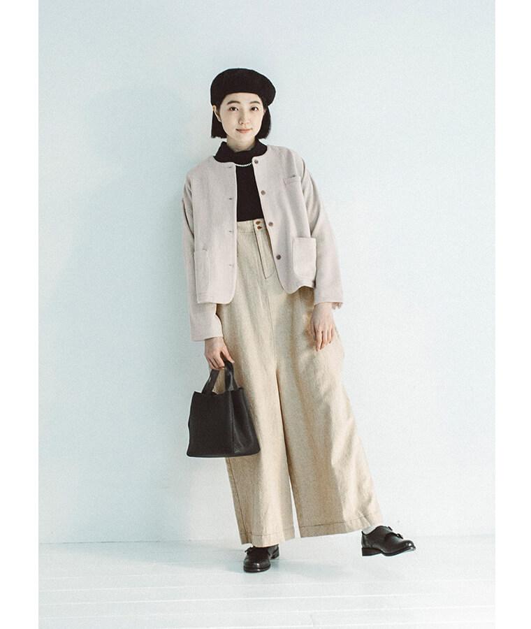 サロペットとベレー帽とジャケットを着た女性