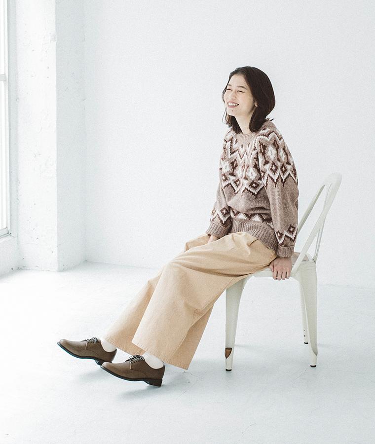 プレーントゥシューズを履いて座っている女性