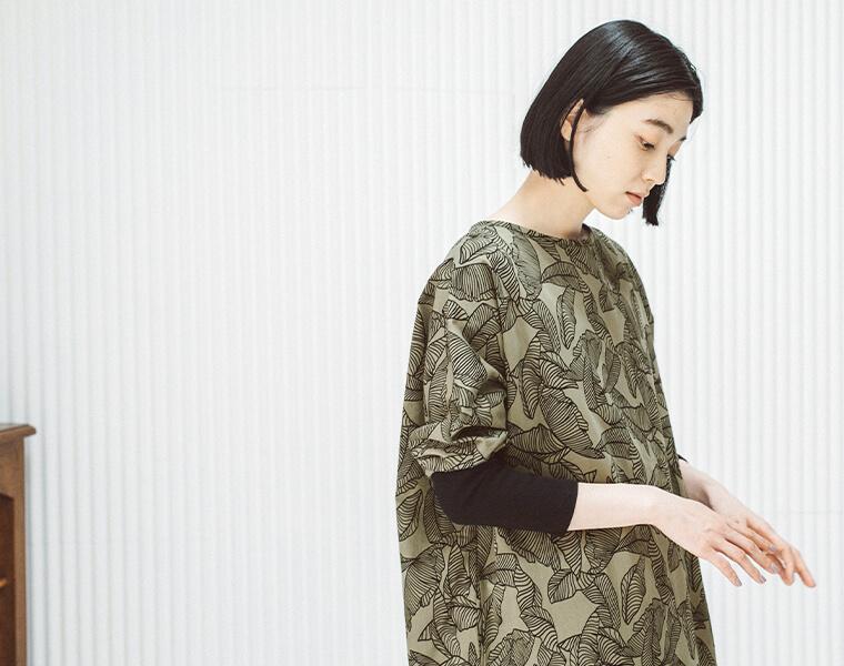 リーフプリントチュニックを着た女性