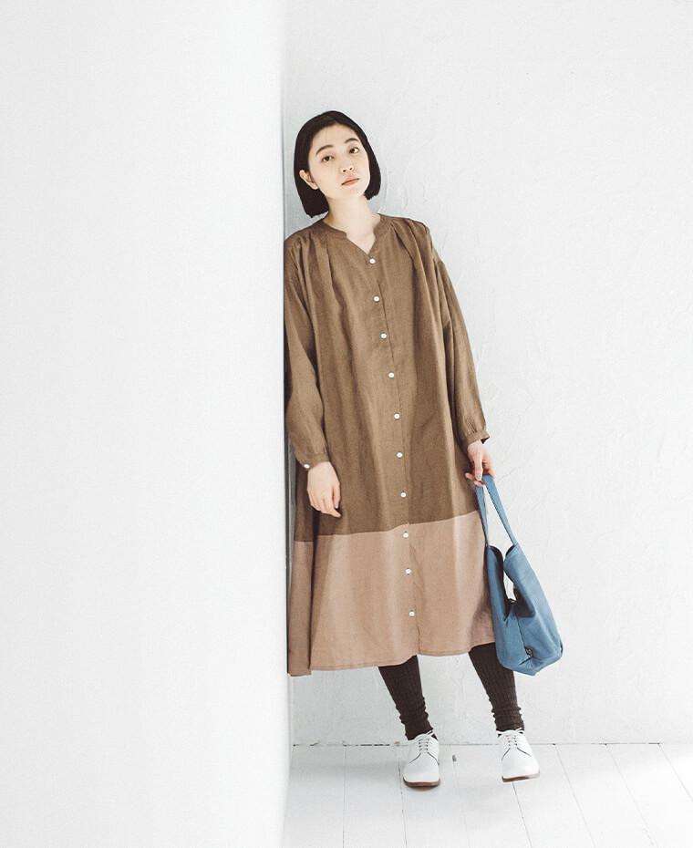 バイカラーワンピースを着た女性