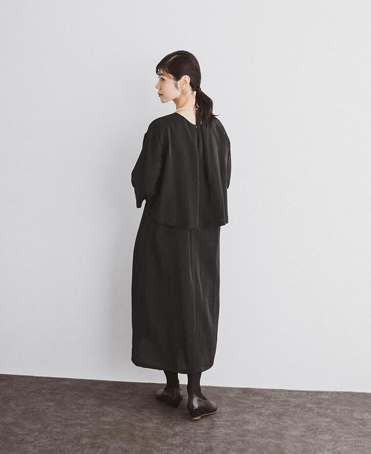 コットンリネン混 ラメワンピースを着た女性