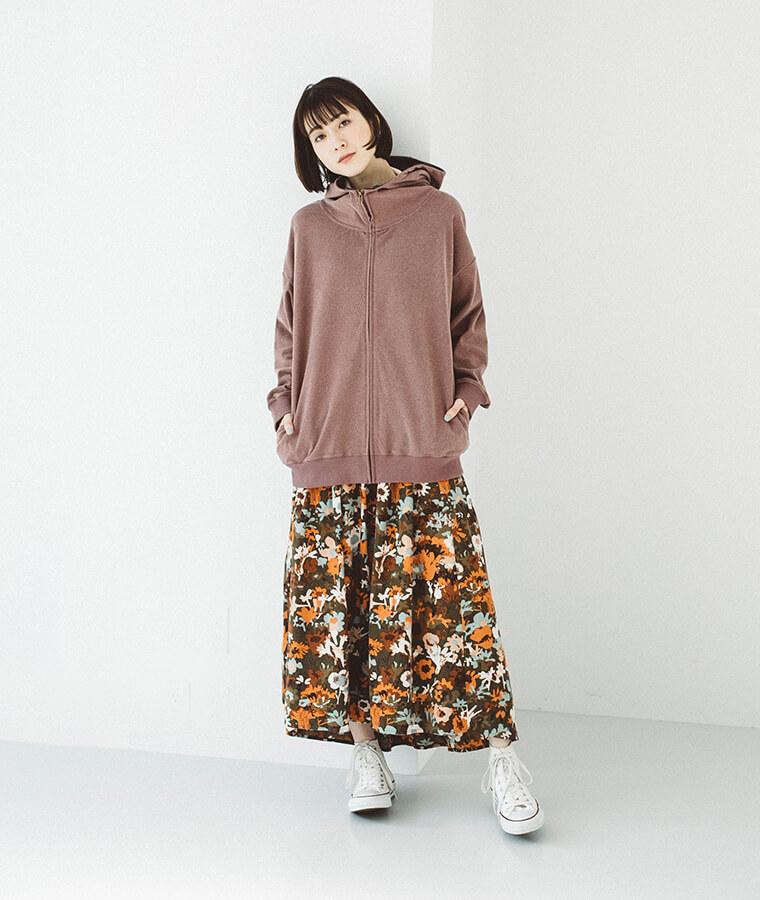 フリース配色ビッグパーカーを着た女性
