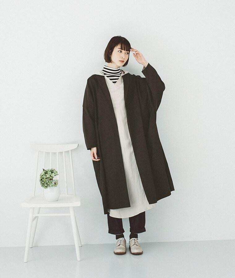 ショール衿ドロップショルダーコートを着た女性