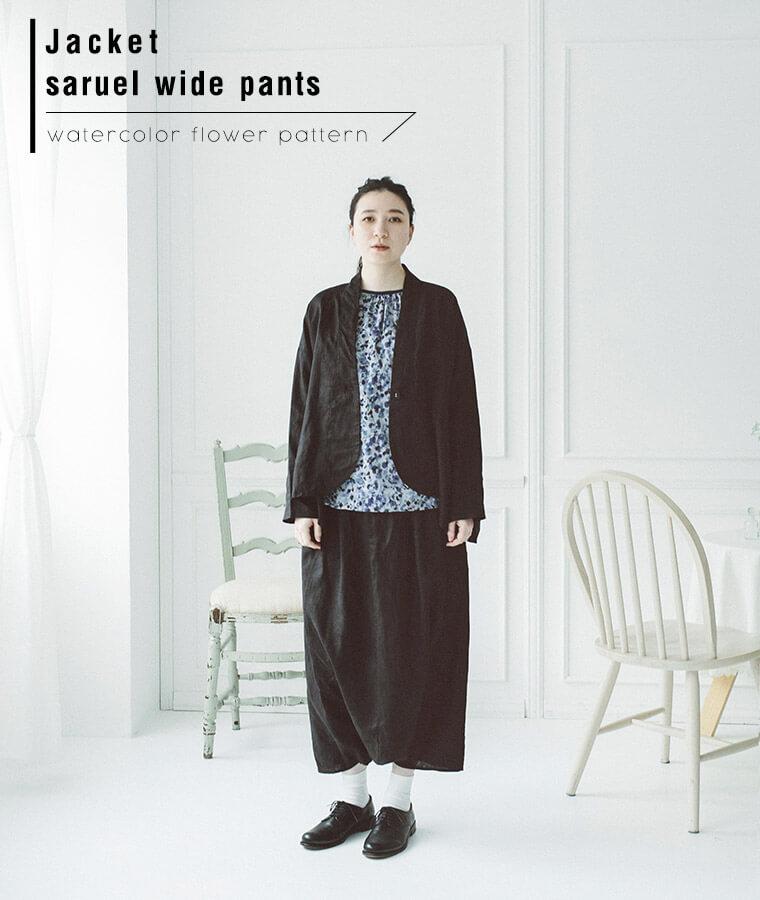 リネンサルエルワイドパンツを着た女性