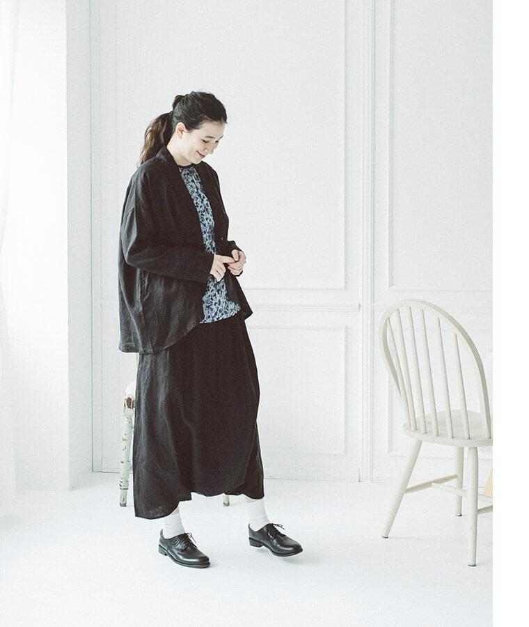 リネンサルエルワイドパンツを着た下向き女性