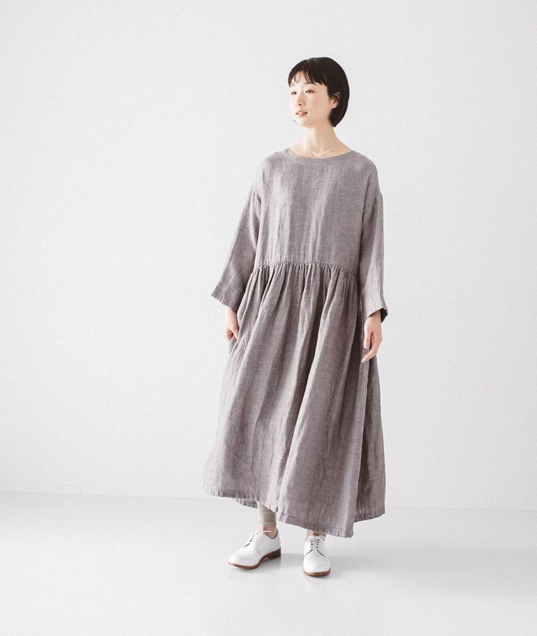 グレーのワンピースを着た女性