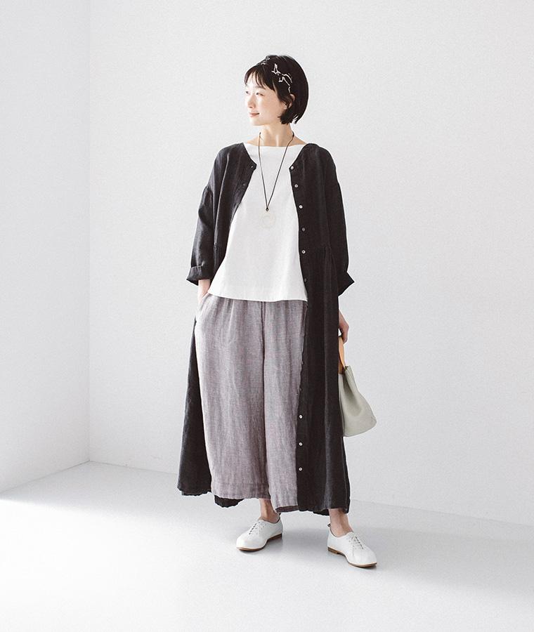 ブラックの羽織りとパンツを着た女性