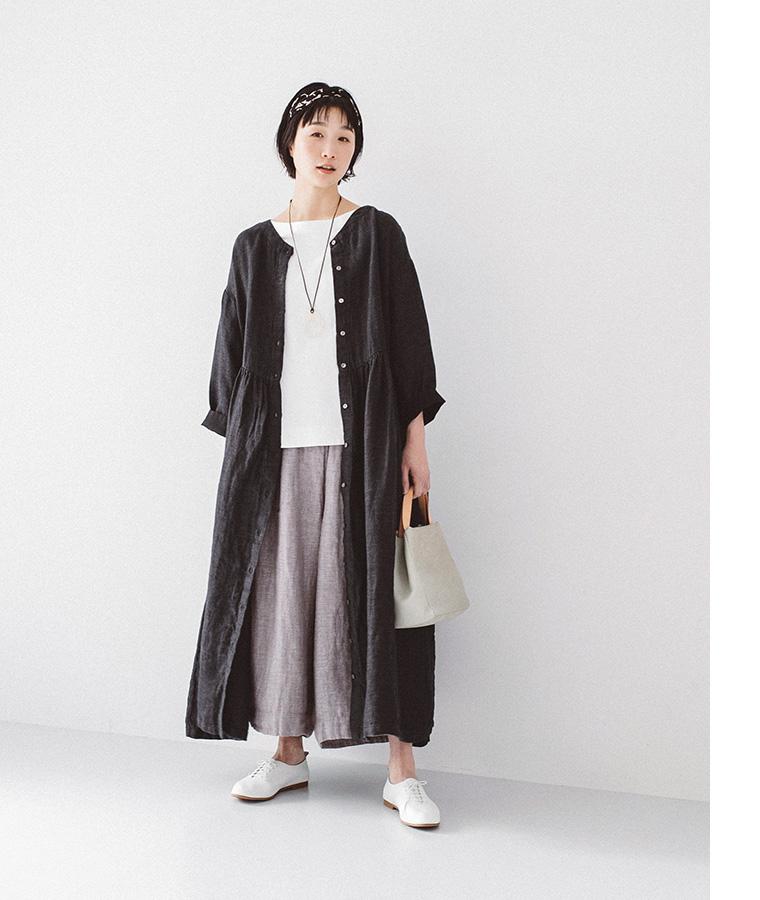 ブラックの羽織りとパンツとターバンを着た女性