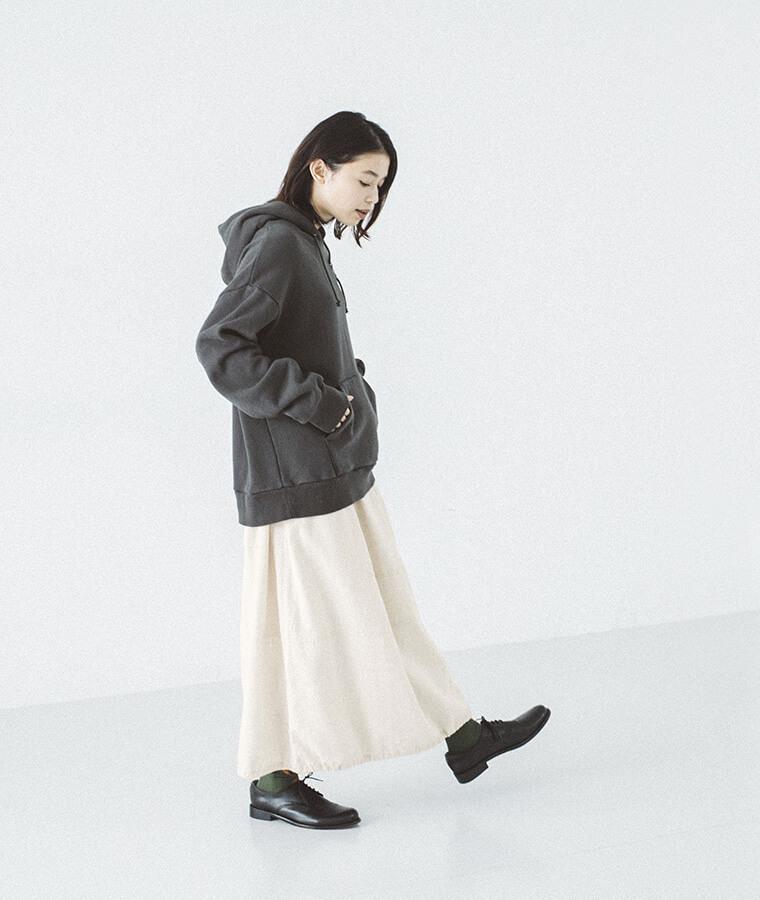 ドローストリングスカートを穿いた女性