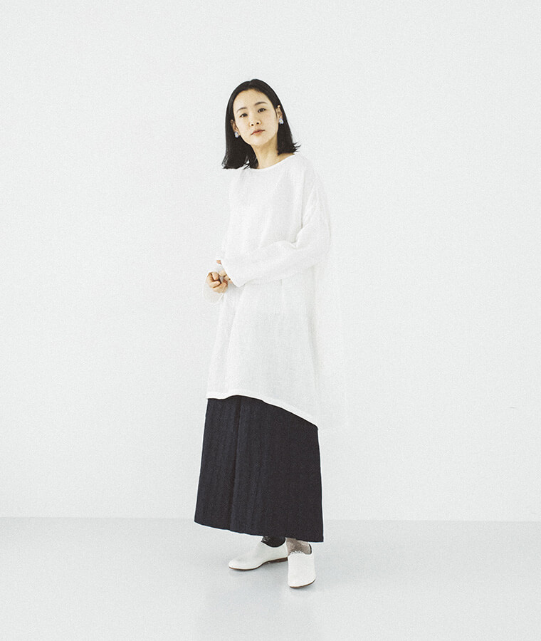 インディゴ染め ラップタックワイドパンツを穿いた女性