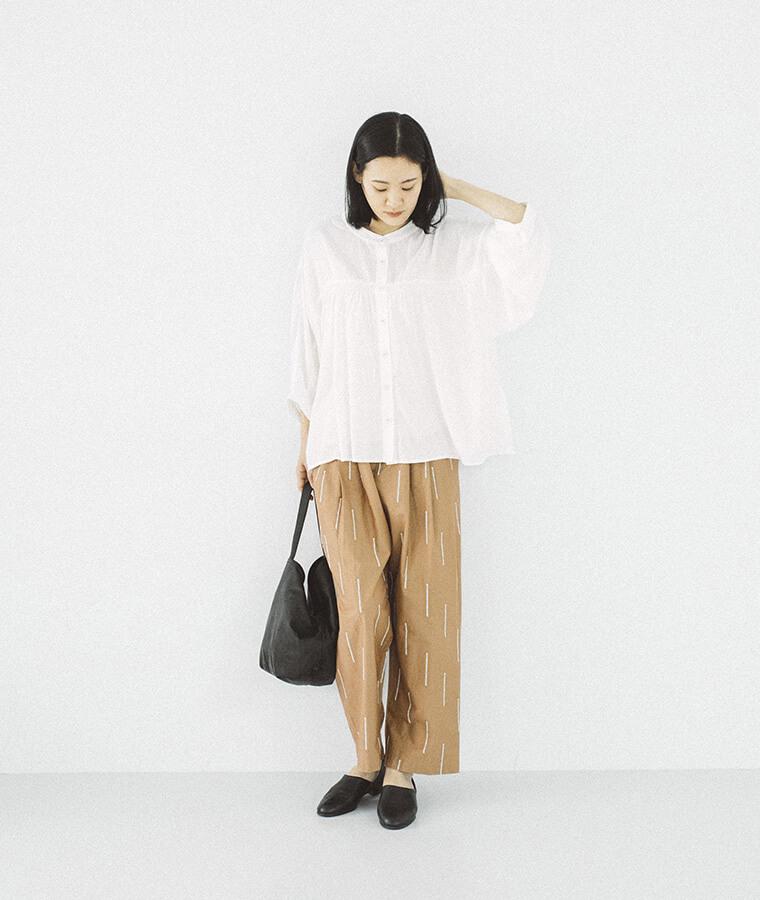 スティック刺しゅうイージータックパンツを穿いた女性