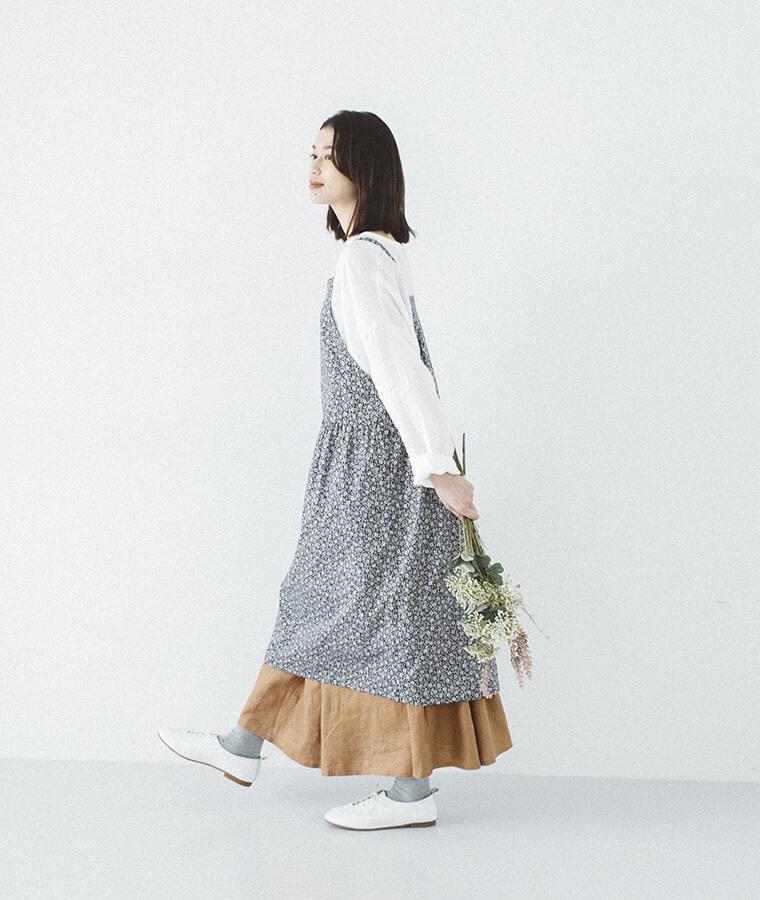 フレンチリネンキャンバス ギャザースカートを穿いた女性