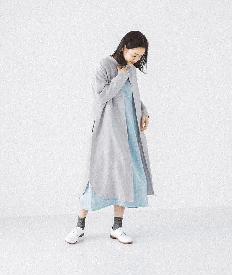 リネンKurtaシャツワンピースを着た女性