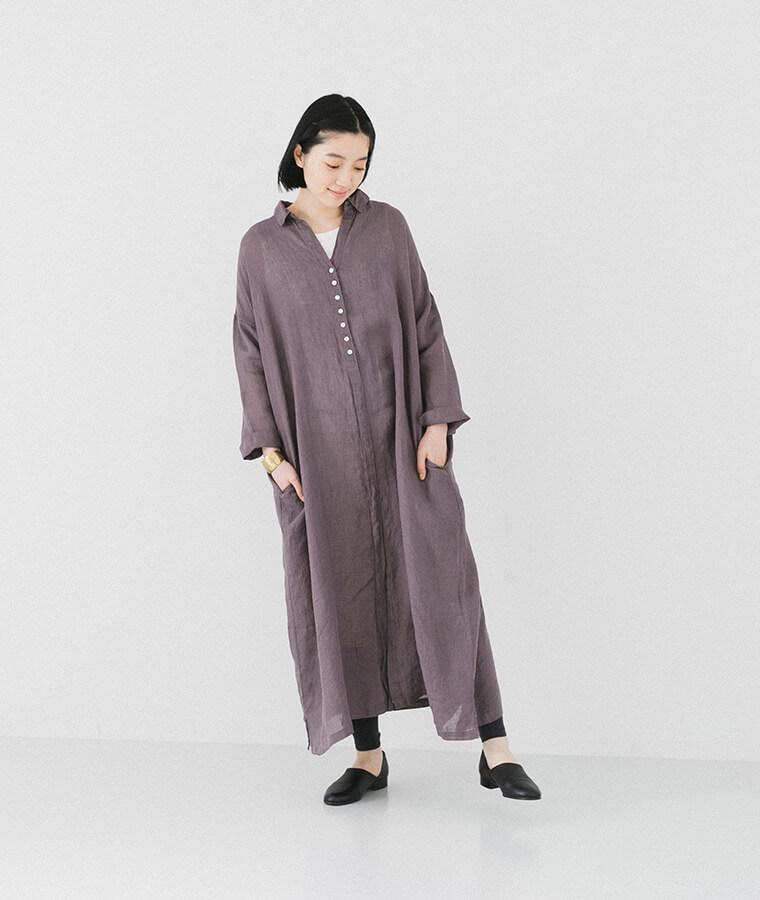 パープルシャツワンピースを着た下向き女性