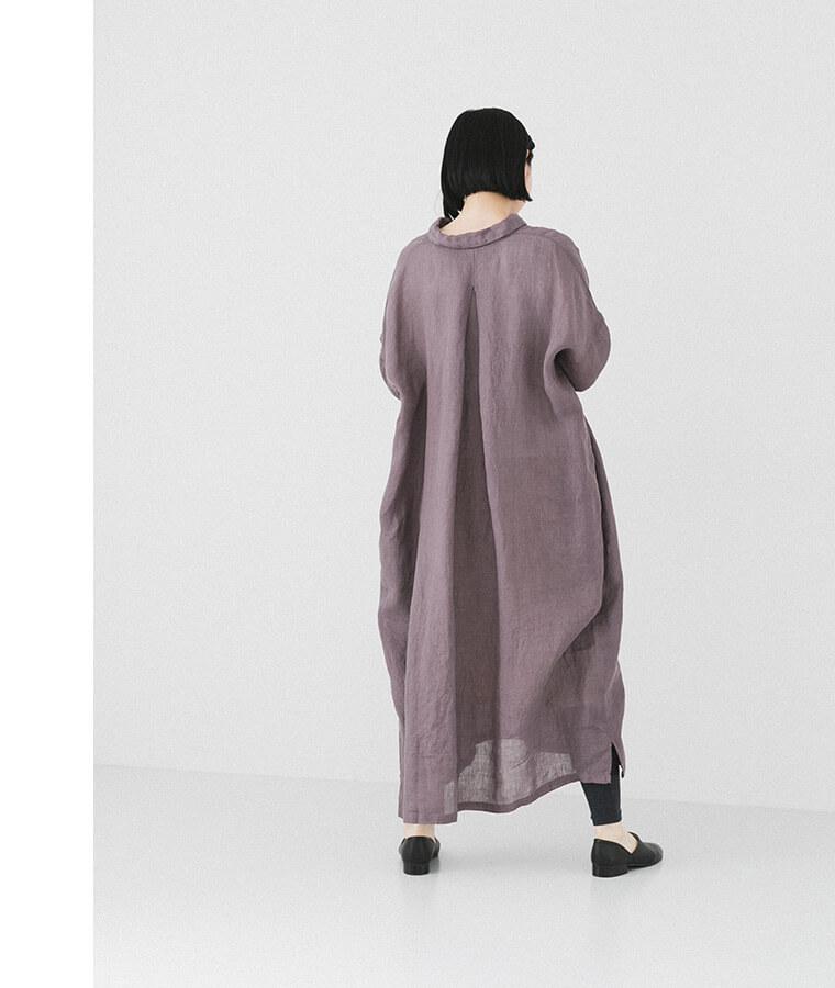 パープルシャツワンピースを着た後ろ向き女性