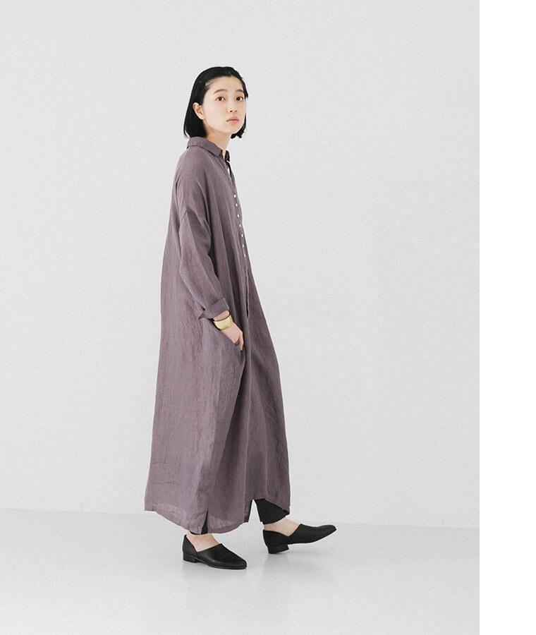 パープルシャツワンピースを着た横向き女性