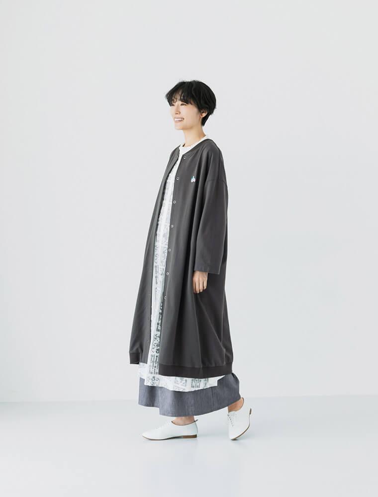 ミニ裏毛 コットンサイクリング刺しゅうコートを着た女性